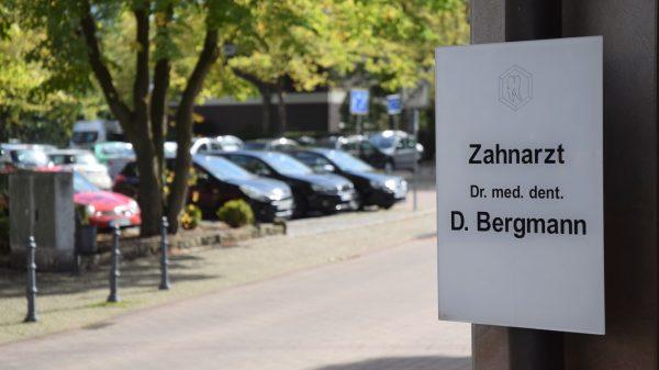 Symbolbild Parkplatz der Zahnarztpraxis Bergmann in Mettingen